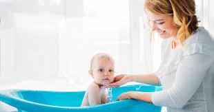 so wird das baby baden sicher macht den kleinen viel spaß