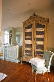 badezimmer in landhaus mit dielenboden bild kaufen
