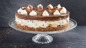 bananen stracciatella torte mit einem schokoladenspiegel