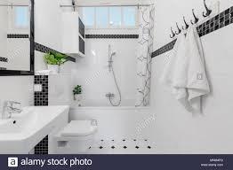 handtücher und spiegel in weiß und schwarz bad mit badewanne