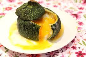 cuisiner courgette ronde courgette ronde farcie comme un oeuf cocotte pour ceux qui aiment