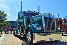 Heavy-haul 2004 W900L Is Four-axle 'Movin' On' Homage