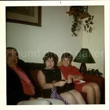 mann und zwei frauen auf wohnzimmer farbe foto gefunden foto familienfoto altes foto schnappschuss vernakular foto