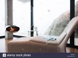stuhl und kamin im modernen wohnzimmer stockfotografie alamy