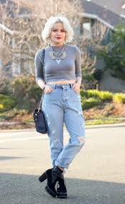 how to wear light blue ripped boyfriend jeans with black ankle