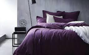 schlafzimmer in lila einrichten wandfarbe möbel