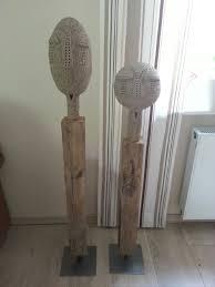 getöpferte skulpturen auf holzständer