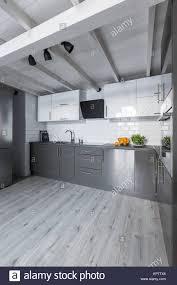 grosse moderne küche mit weißen schränke metro fliesen und