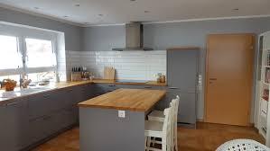 graue küche mit echtholz arbeitsplatte küchenplanung einer