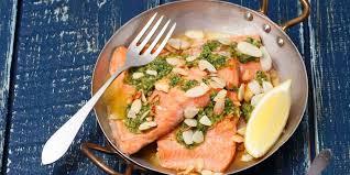 comment cuisiner la truite truite saumonée aux herbes recettes femme actuelle