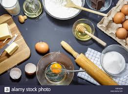 küchengeräte und zutaten für kuchen backen eier mehl öl