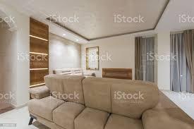 beige sofa im wohnzimmer für gemütliche und praktische einrichtung stockfoto und mehr bilder architektur