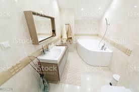 weißes badezimmer mit gold beschnitt eckbadezimmer schicker spiegel mit waschbecken stockfoto und mehr bilder architektur