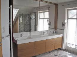 badezimmer mit beeindruckendem 4 türigem einbau