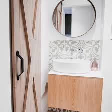 kleines badezimmer mit holzschiebetüren platzsparend und