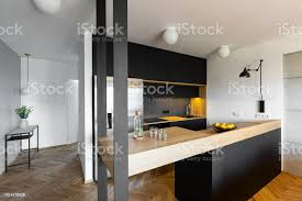 beige arbeitsplatte in schwarzen und weißen küche interieur des hauses mit blumen auf den tisch echtes foto stockfoto und mehr bilder