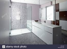 spiegel über dem waschbecken im schrank neben dem bereich