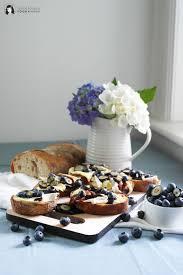 crostini mit camembert blaubeeren und fruchtigem blaubeer balsamico essig