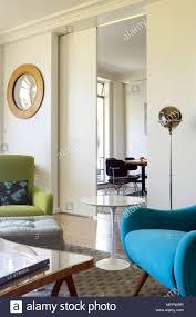 bunte stühle in der modernen wohnzimmer mit schiebetüren und