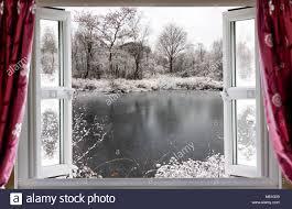 blick durch die offenen fenster auf einen schönen gefrorenen