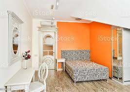 moderne schlafzimmer in hellen orange farben mit gemusterten zebrabett stockfoto und mehr bilder architektur
