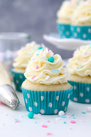 A Trip Of Vanilla Cupcakes Topped With Buttercream The Have Teal Polka Dot