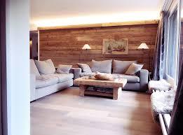 wohnzimmer im alpinen chic altholz sofatisch altholzwand