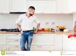 gut aussehender mann in der küche die lebensmittel das