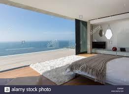 moderne schlafzimmer mit blick auf meer stockfotografie alamy