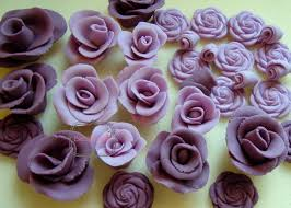 I had made sugarpaste roses before but only once or twice so confidently said sure thing I can do that Then spent far longer than anticipated on