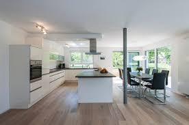 offener moderner koch essbereich mit küchenblock modern