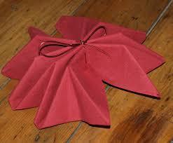 serviette de noel en papier pliage en papier réaliser un poinsettia avec une serviette en