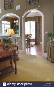 innenansicht des wohnzimmer den mit bogen tür torbogen tür