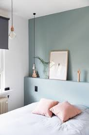 minimalismus im schlafzimmer blaue wand wandregal dekos