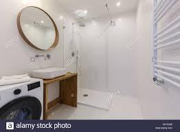 spiegel über dem waschbecken in weißes bad mit dusche und