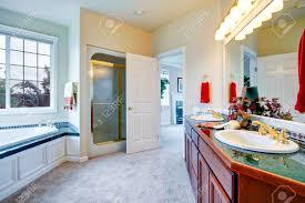 schöne badezimmer mit teppichboden und französisch fenster ansicht der glastür dusche badewanne und schrank mit zwei waschbecken
