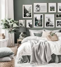 naturinspirierte bilderwand grünes schlafzimmer schwarz weiß poster eichenrahmen