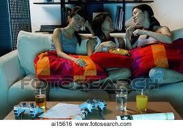 drei junge frauen in wohnzimmer sitzen sofa stock