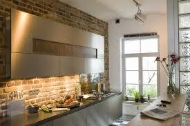 küchen idee designküche mit rustikaler steinwand