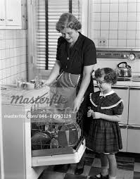 1940s WOMAN CHILD DAUGHTER KITCHEN DISHWASHER CLEANING