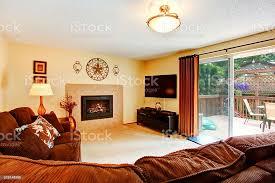 gemütliches wohnzimmer mit kamin und deck zum hinaustreten stockfoto und mehr bilder architektur