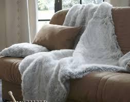 plaids fausse fourrure pour canapé le plaid fausse fourrure gris perle vous allez avoir chaud avec