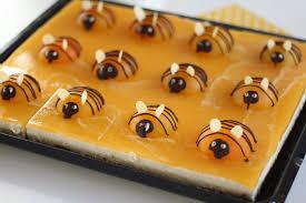 bienenkuchen blechkuchen mit aprikosen und joghurt quark creme