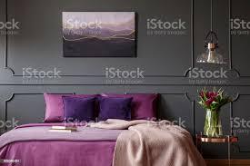 lila und grau schlafzimmer innenraum stockfoto und mehr bilder bett