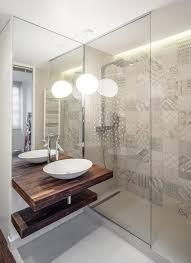 led licht spiegel und glas im kleinen bad mit dusche stil