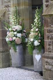 Kirchendekoration Eingangsdekoration Blumen in Milchkannen