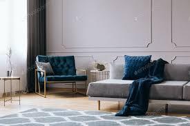 kissen und decke auf dem modernen sofa im hellen wohnzimmer interieur foto bialasiewicz auf envato elements