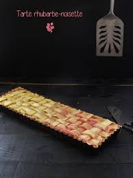 cuisiner la rhubarbe tarte à la rhubarbe et aux noisettes la gourmandise est un joli