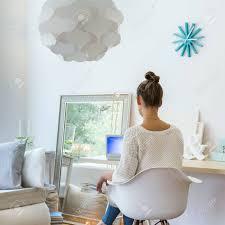 foto der frau auf stuhl in gemütlich eingerichtete wohnzimmer