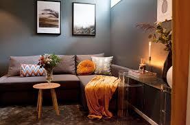 dunkles wohnzimmer in grau und ocker bild kaufen